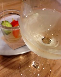 バルで白ワイン.JPG